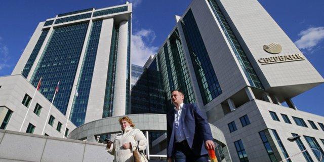 """Мосбиржа запускает торги недельными опционами на фьючерсы на акции """"Газпрома"""" и Сбербанка"""