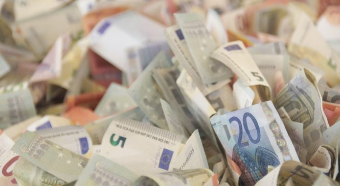 Чистый спрос населения РФ на наличную валюту в августе вырос в 1,6 раза