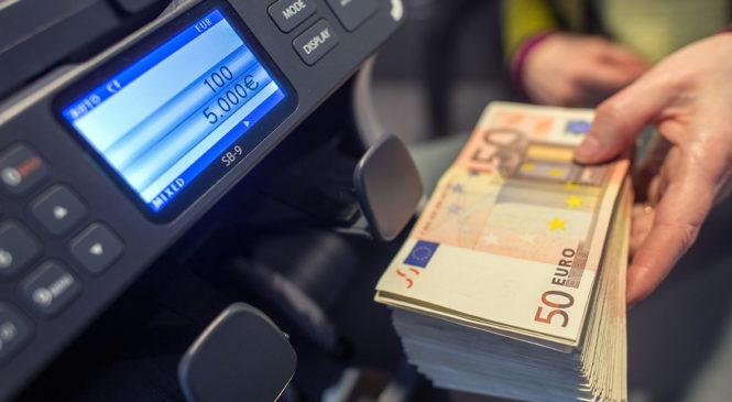 Путин предоставил Банку России право убрать с улиц рекламу валютных обменников