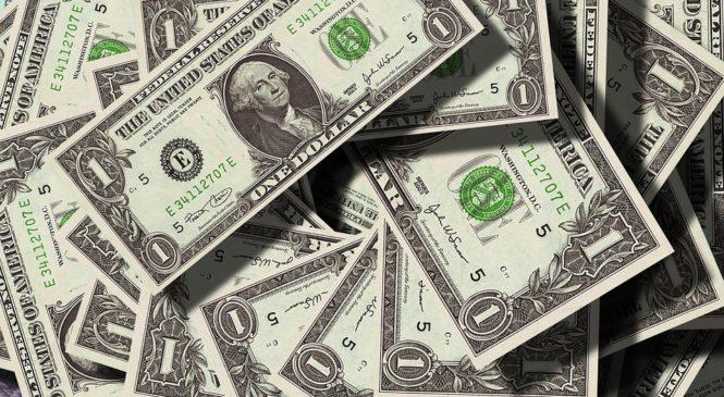 Доллар колеблется в ожидании публикации протокола заседания ФРС